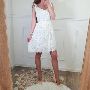 Magnifique robe coton blanche avec broderies ajourées.  Belle encolure volantée, dos nu avec nœud. 30€
