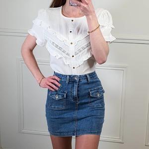 C'est une belle semaine qui s'annonce 😁  ♡ Chemisier en gaze de coton avec broderies  25€ ♡ Petite jupe en jean  19€  Bonne semaine 😘